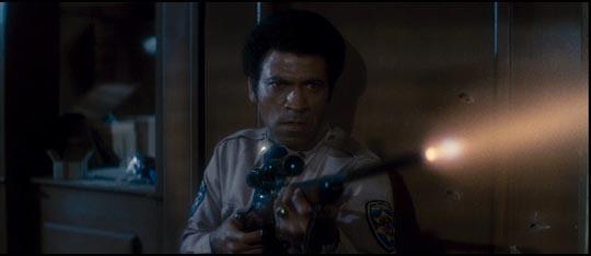 Austin Stoker as Ethan Bishop defending the fort in Assault on Precinct 13