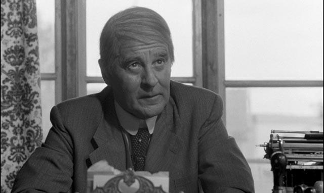 Gunnar Björnstrand as theatre owner Lundgren