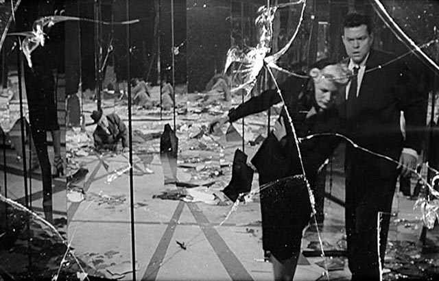 Orson Welles and Rita Hayworth in the shattered hall of mirrors climax of The Lady From Shanghai (1947)