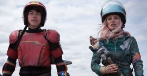 The Kid (Munro Chambers) and Apple (Laurence Leboeuf) surviving cheerfully in the wastelands of Turbo Kid (2015)