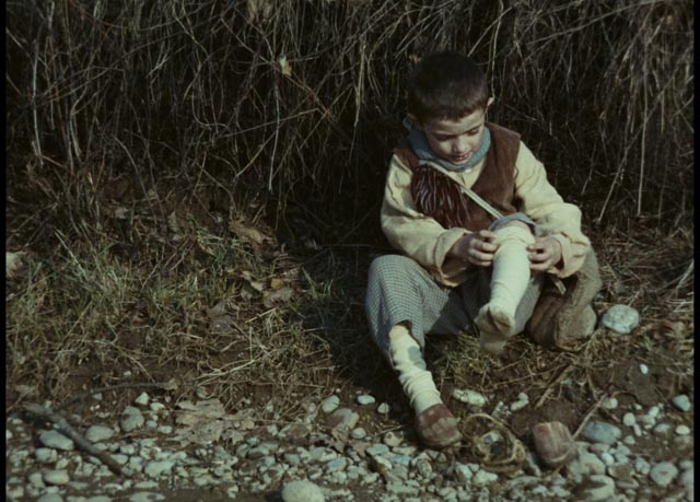 Minek (Omar Brignoli) tries to fix his broken shoe in Ermanno Olmi's The Tree of Wooden Clogs (1978)