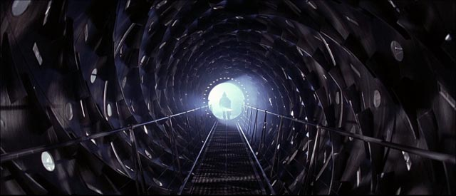Inside the derelict ship in Paul W.S. Anderson's Event Horizon (1997)
