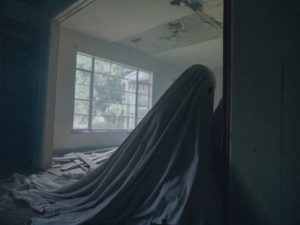 ... and the ghost of C finally finds the note in David Lowery's A Ghost Story (2017)