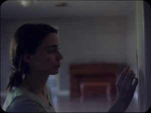 M hides the note in David Lowery's A Ghost Story (2017) ...