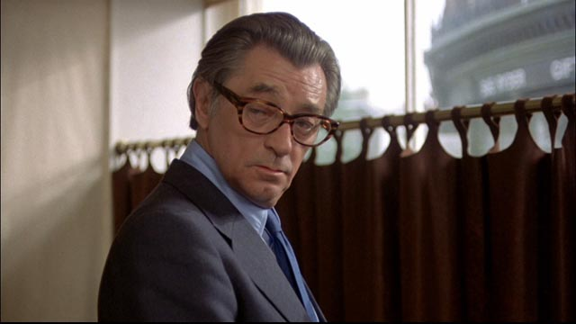 Marlowe under cover behind glasses in Michael Winner's The Big Sleep (1978)