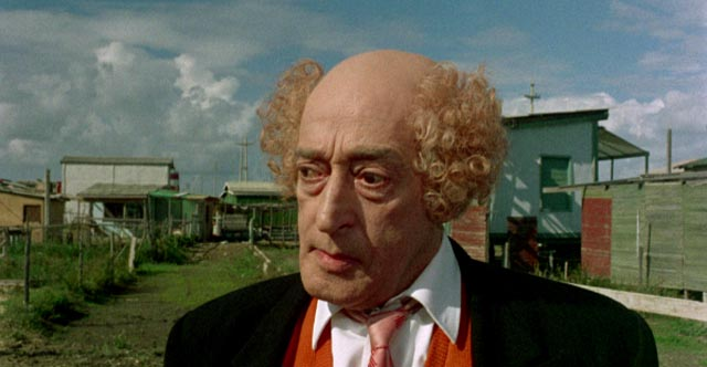 Toto as a buffoonsh man in search of a new wife in Pier Paolo Pasolini's episode of The Witches (1968)