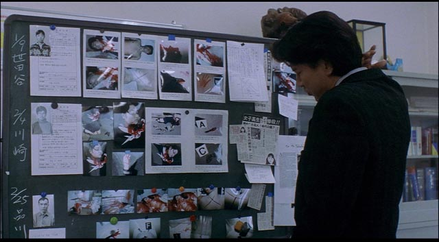 Detective Takebe (Kôji Yakusho) in classic investigator mode in Kiyoshi Kurosawa's Cure (1997)