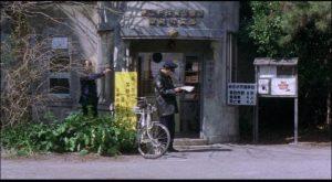 A policeman falls under Mamiya's influence in Kiyoshi Kurosawa's Cure (1997)