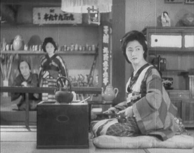 The proprietor of the gambling house glances disdainfully at the ronin in Sadao Yamanaka's Tange Sazen: The Million Ryô Pot (1935)