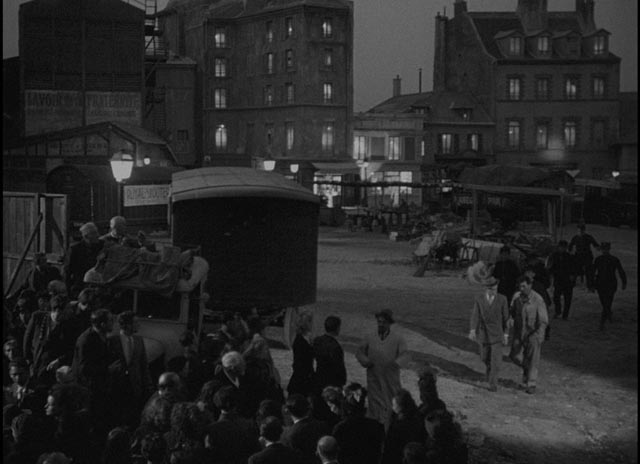 The residents of a Paris neighbourhood rush to see the body of a murdered woman in Julien Duvivier's Panique (1946)