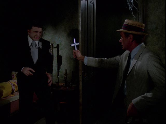 Kolchak (Darren McGavin) faces genuine vampire Janos Skorzeny (Barry Atwater) in John Llewellyn Moxey's The Night Stalker (1972)