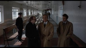 Arthur O'Sullivan, Anton Diffring and Luigi Pistilli discuss the case in Riccardo Freda's The Iguana with the Tongue of Fire (1971)