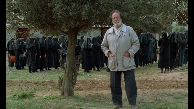 Actor Mohammad Ali Keshavarz introduces himself as the Director of And Life Goes On in Abbas Kiarostami's Through the Olive Trees (1994)