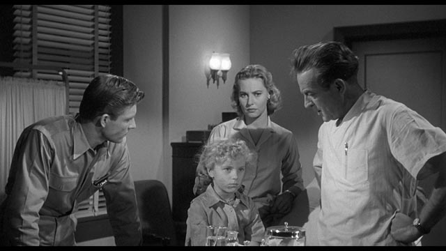 Dave Miller (Grant Williams), Cathy Barrett (Lola Albright) and Martin Cochrane (Les Tremayne) examine traumatized Ginny Simpson (Linda Scheley) in John Sherwood's The Monolith Monsters (1957)