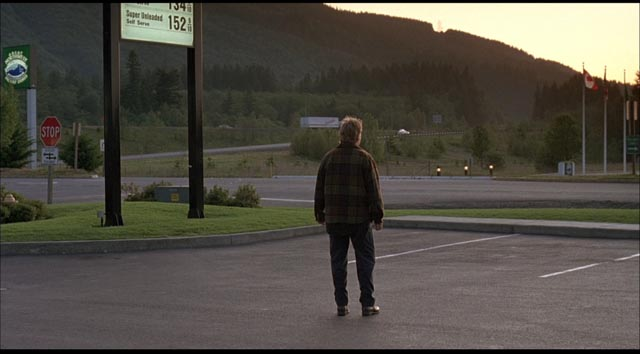 Jeff Harriman (Kiefer Sutherland) is obsessed with finding an answer in George Sluizer's American remake of The Vanishing (1993)