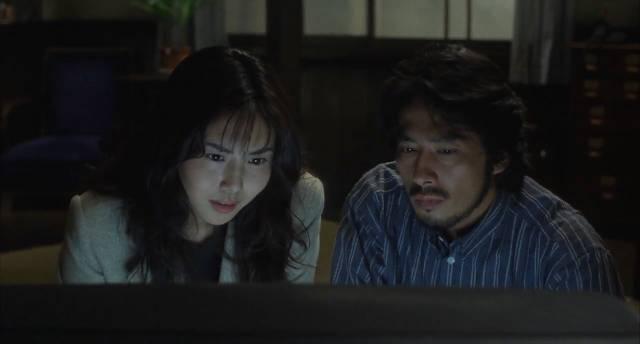 Reiko (Nanako Matsushima) shows ex-husband Ryuji (Hiroyuki Sanada) the cursed tape in Hideo Nakata's Rinhu (1998)
