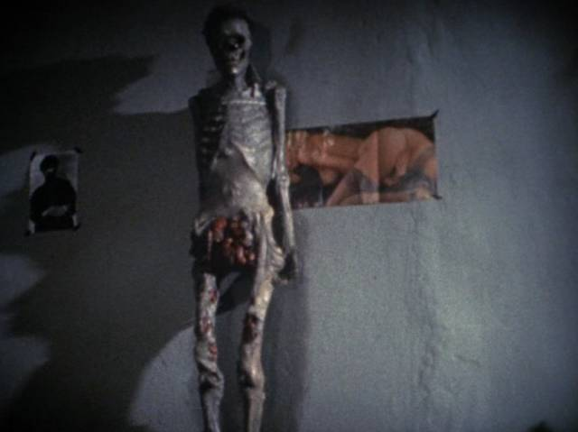 Betty (Beatrice M.) eventually takes the body and leaves in Jörg Buttgereit's Nekromantik (1987)
