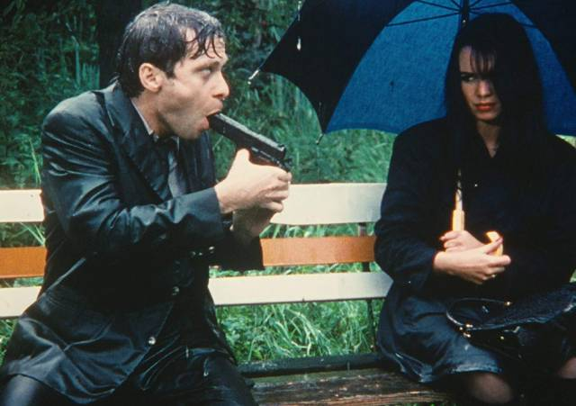 A chance encounter in a rainy park in Jörg Buttgereit's Der Todesking (1990)