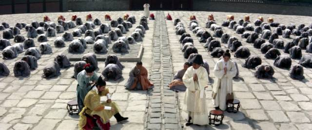 Acolytes and guests gather in the temple courtyard for the Abbot (Kim Chang-gean)'s announcement of a successor in King Hu's Raining in the Mountain (1979)