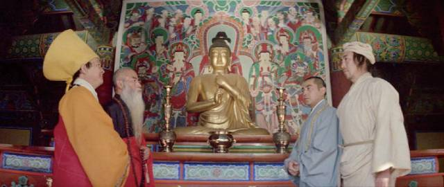 The Abbot (Kim Chang-gean) questions prisoner Chiu Ming (Tung Lin) in King Hu's Raining in the Mountain (1979)