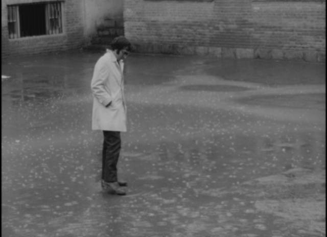 Hekmati (Parviz Fanizadeh), a young teacher, tries to fit into the community in Bahram Beysaie's Downpour (1972)