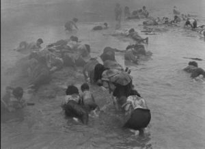 Victims of the arom bomb seek safety in the river in Hideo Sekigawa's Hiroshima (1953)