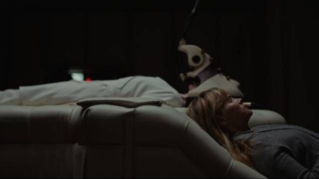 Girder (Jennifer Jason Leigh) monitors Tasya Voss (Andrea Riseborough)'s mission in Brandon Cronenberg's Possessor (2020)