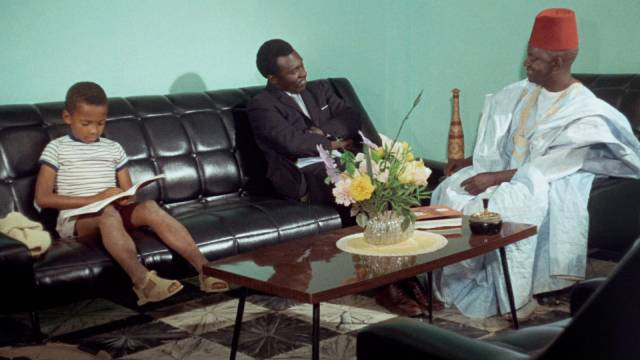 Mbaye Sarr (Farba Sarr) offers to help Ibrahim (Makhouredia Gueye) cash the money order in Ousmane Sembene's Mandabi (1968)