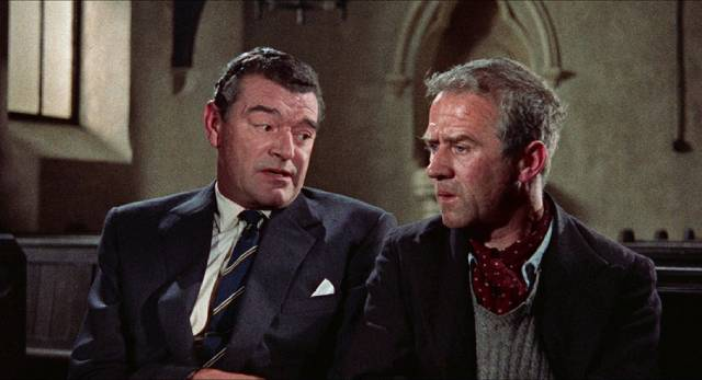 """Gideon (Jack Hawkins) chats with petty criminal and informer """"Birdie"""" Sparrow (Cyril Cusack) in John Ford's Gideon's Day (1958)"""
