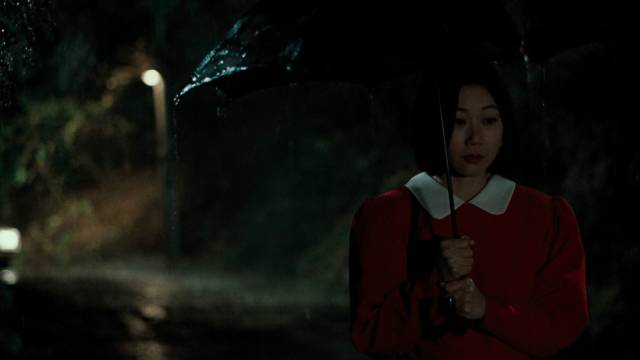 Officer Kwon Gwi-ok (Koh Seo-hee) as bait for the killer on a rainy night
