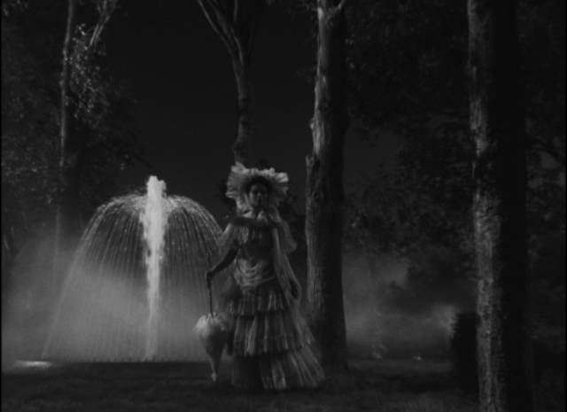 Molly (Coleen Gray) tries her best to appear as a phantom for one of Stan (Tyrone Power)'s marks in Edmund Goulding's Nightmare Alley (1947)