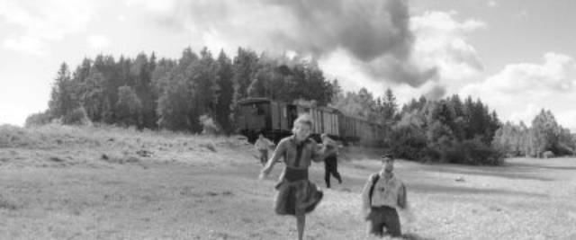 Jewish prisoners try to flee the train taking them to a death camp in Václav Marhoul's The Painted Bird (2019)